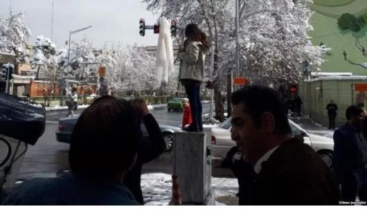 دختر خیابان انقلاب به نماد تازه مبارزه با حجاب اجباری تبدیل شده است