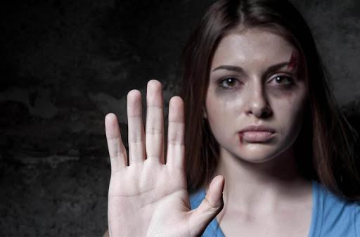 چشمهایتان را نبندید روی زنی که در همسایگی شما آزار می بیند