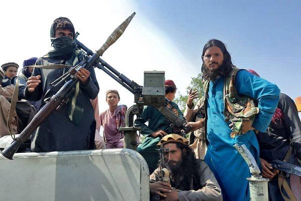 زنان افغان به اجبار طالبان از کار در بانک محروم شدند